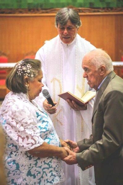 Os votos feitos no altar, renovam o amor de toda a vida (Foto: Marcos Ermínio)
