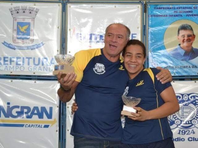 Gabriela e o técnico durante premiação em uma das competições (Foto: Arquivo Pessoal)