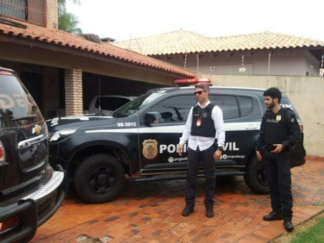 Equipes da Polícia Civil de Goiás na Deco (Foto: Viviane Oliveira)