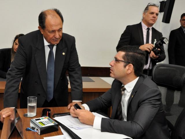 Deputado Zé Teixeira (DEM), autor do projeto, ao lado de Jamilson Name (PDT), durante sessão (Foto: Assessoria/ALMS)