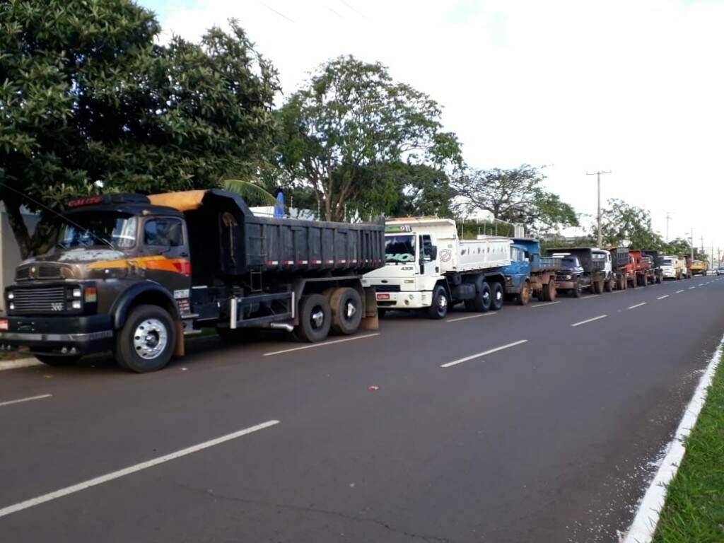 Caçambeiros reunidos na Avenida Afonso Pena (Foto: João Paulo Cacho)