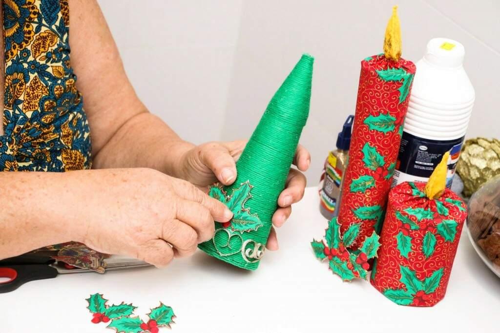 Judite ensinou enfeites de Natal à pacientes. (Foto: Messias Ferreira)