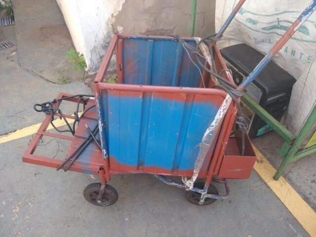 O carrinho que o catador usava estava na sede do Batalhão de Trânsito até esta tarde. (Foto: Direto das Ruas)