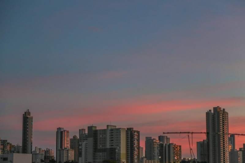 Em Campo Grande, o dia começa com céu claro e mínima de 22ºC. Deve chover pela manhã e estão previstas pancadas de chuvas e trovoadas à tarde, quando a máxima atinge 32ºC.  (Foto: Fernando Antunes)