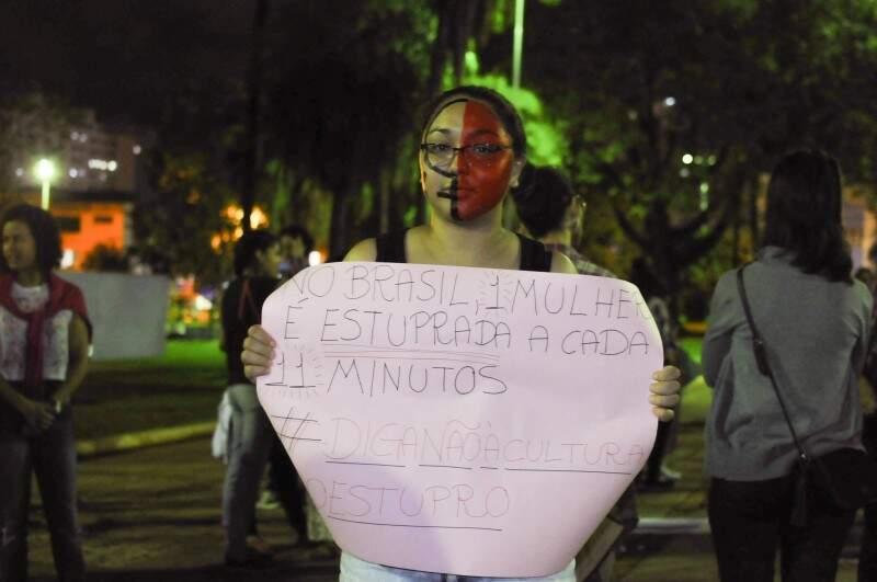 Com os rostos pintados e cartazes em mãos, ela disseram não a cultura do estupro