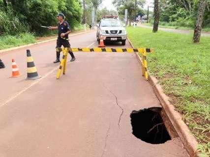 Com risco de asfalto desmoronar sobre córrego, pista é interditada