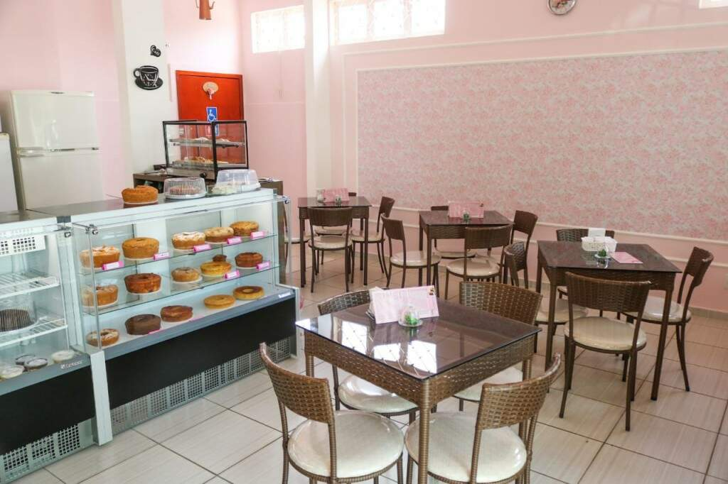 A cafeteria tem as paredes rosas e mesas e cadeiras marrom (Foto: Marcos Maluf)