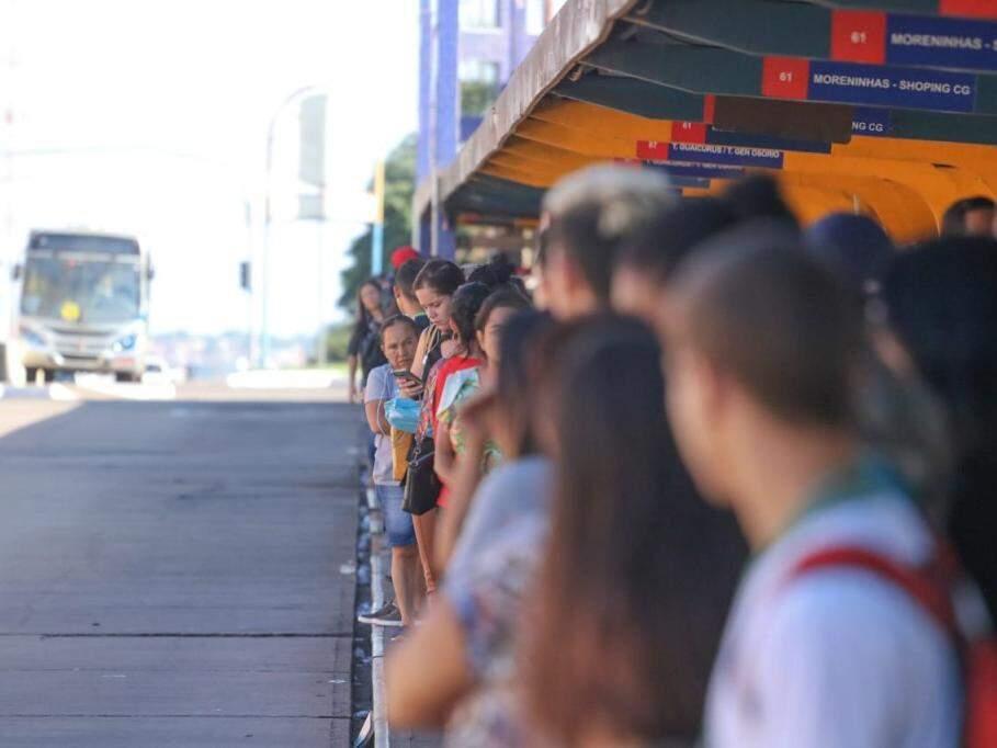 Passageiras esperam, como todos os dias, pela condução no terminal lotado (Foto: Marcos Maluf)