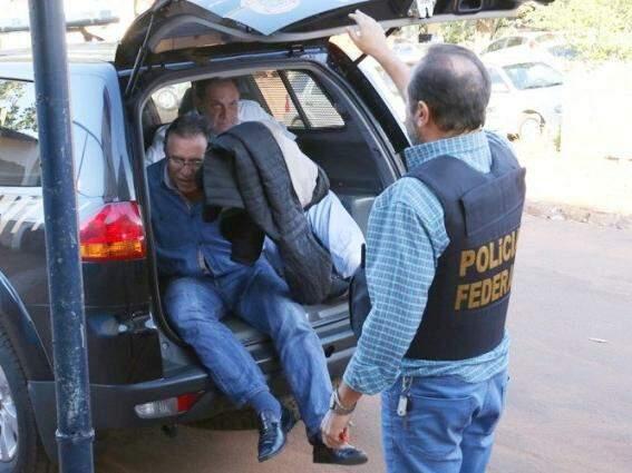 Giroto e Scrocchio foram apertadinhos no porta-malas da viatura da PF (Foto: Marco Miatelo / Diário Digital)