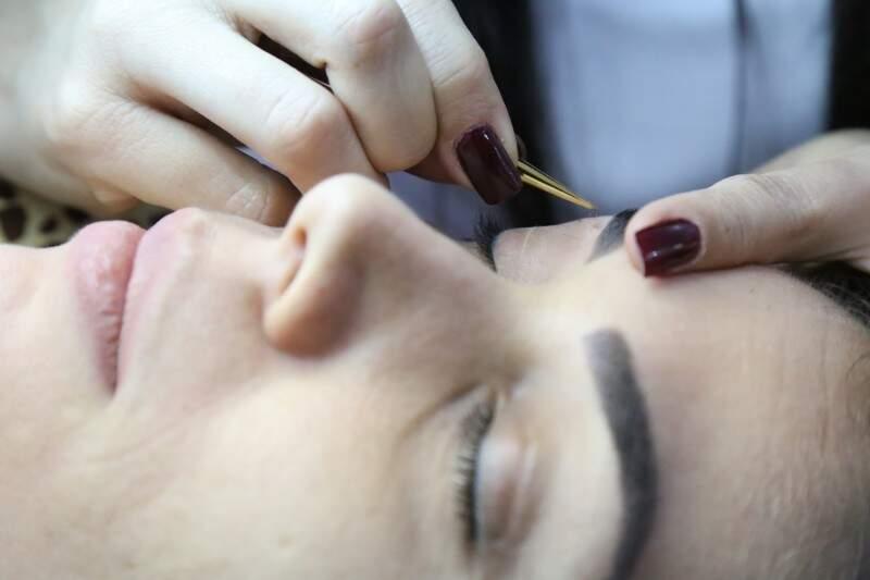 Estúdio transforma sobrancelhas e também ensina as técnicas em cursos