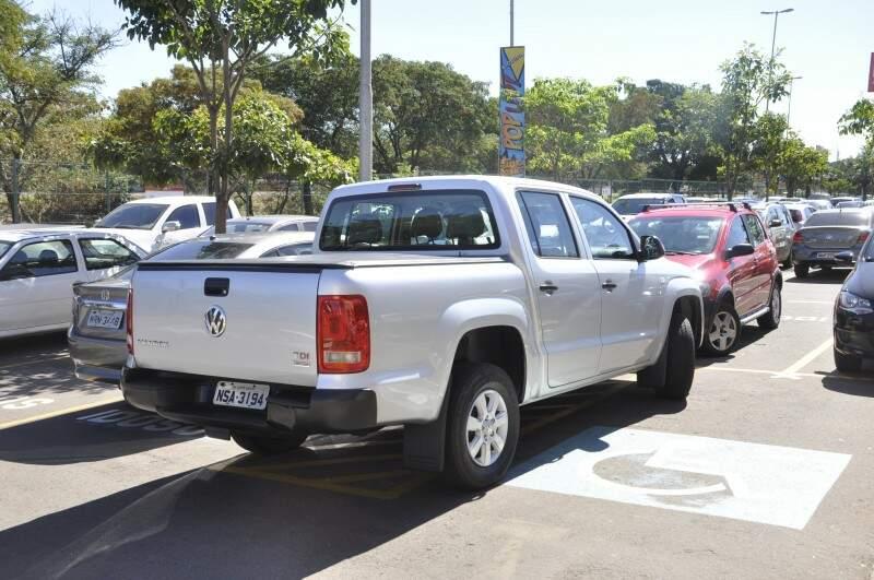 Motorista desrespeita sinalização e deixa veículo na vaga para deficiente. (Foto: Marcelo Calazans)