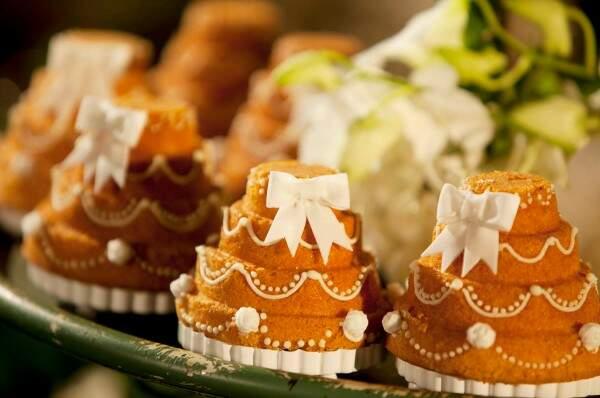 Mini bolo de casamento, confeitado com glacê tradicional e laços de açúcar.