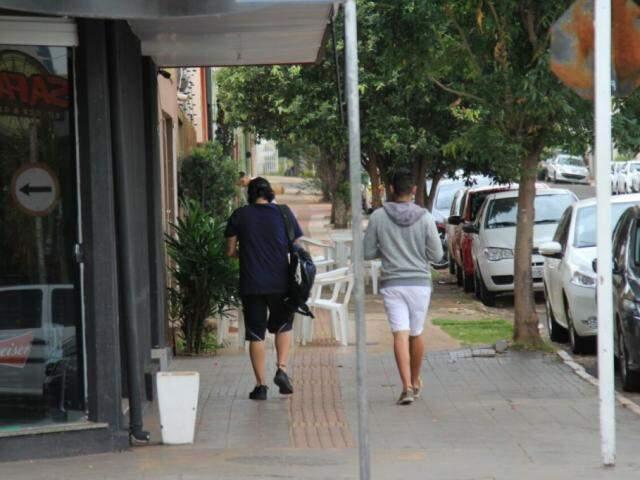 Pedestres na manhã desta quarta-feira (15) em Campo Grande. (Foto: Marina Pacheco)