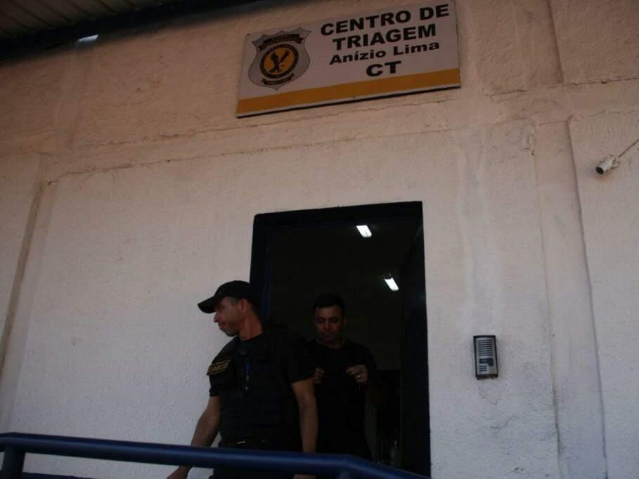 Agentes do Gaeco de saída do Centro de Triagem (Foto: Marcos Ermínio)