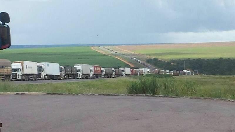 Caminhões aguardam serem atendidos em posto fiscal (Foto: Reprodução)