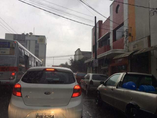 Chuva na região central da Capital deixou o trânsito complicado. (Foto: Guilherme Henri)