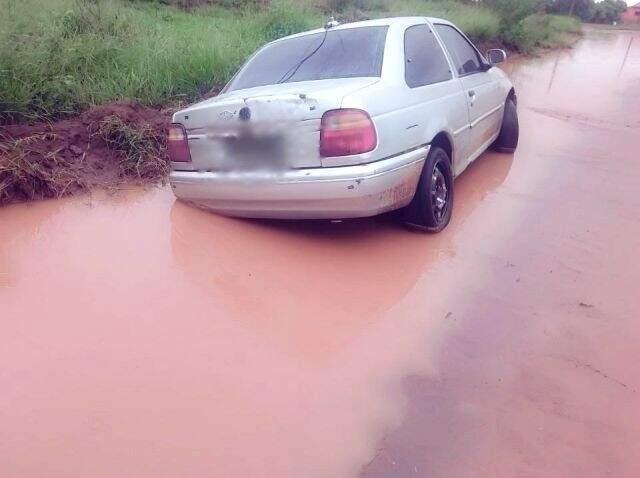 Carro atolou no Bairro Triguinã, em Ivinhema (Foto: Ivi Notícias)