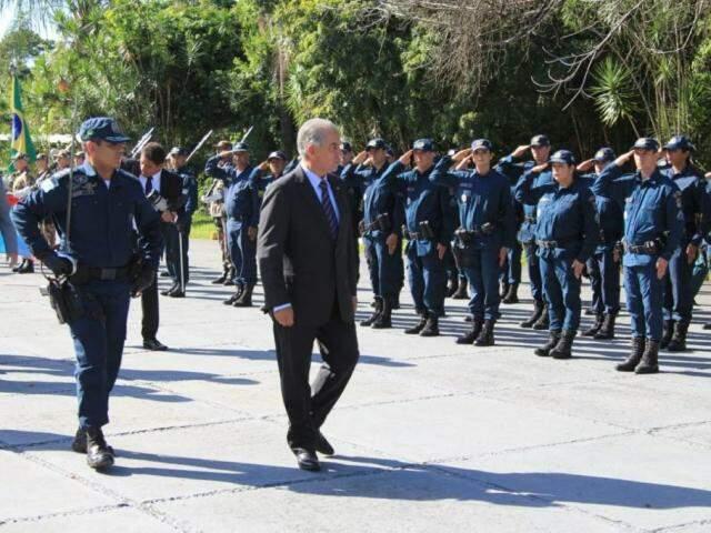 Reinaldo (ao centro) fez revista à tropa da PM durante solenidade na Assembleia. (Foto: Marina Pacheco)