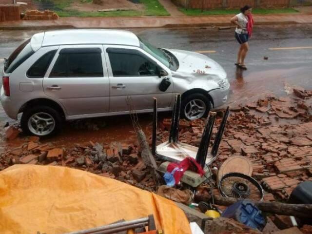 muro reforçado de cerca de três metros de altura caiu sobre um VW Gol. (Foto: MS Todo Dia)