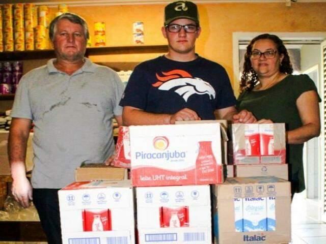 Foram arrecadados mais de 400 litros de leite na festa de aniversário de Nelson (meio). Foto (Reprodução Facebook)