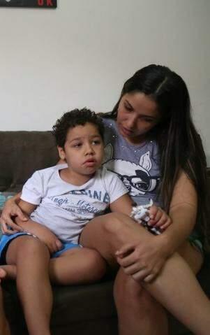 Em casa, Pietro fica também sob os cuidados da madrasta Priscilla. (Foto: Fernando Antunes)