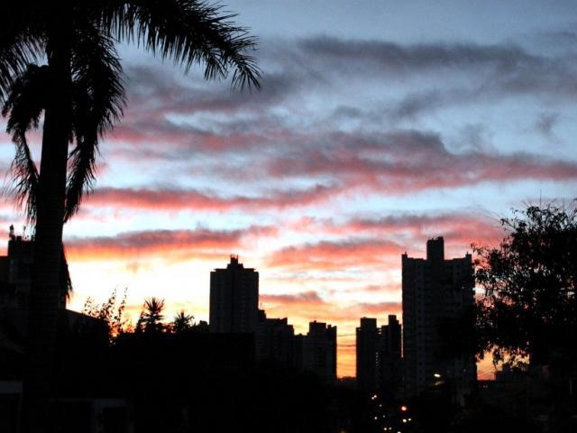 Dia amanhecendo em Campo Grande com céu entre nuvens e temperatura amena (Foto: Saul Schramm)