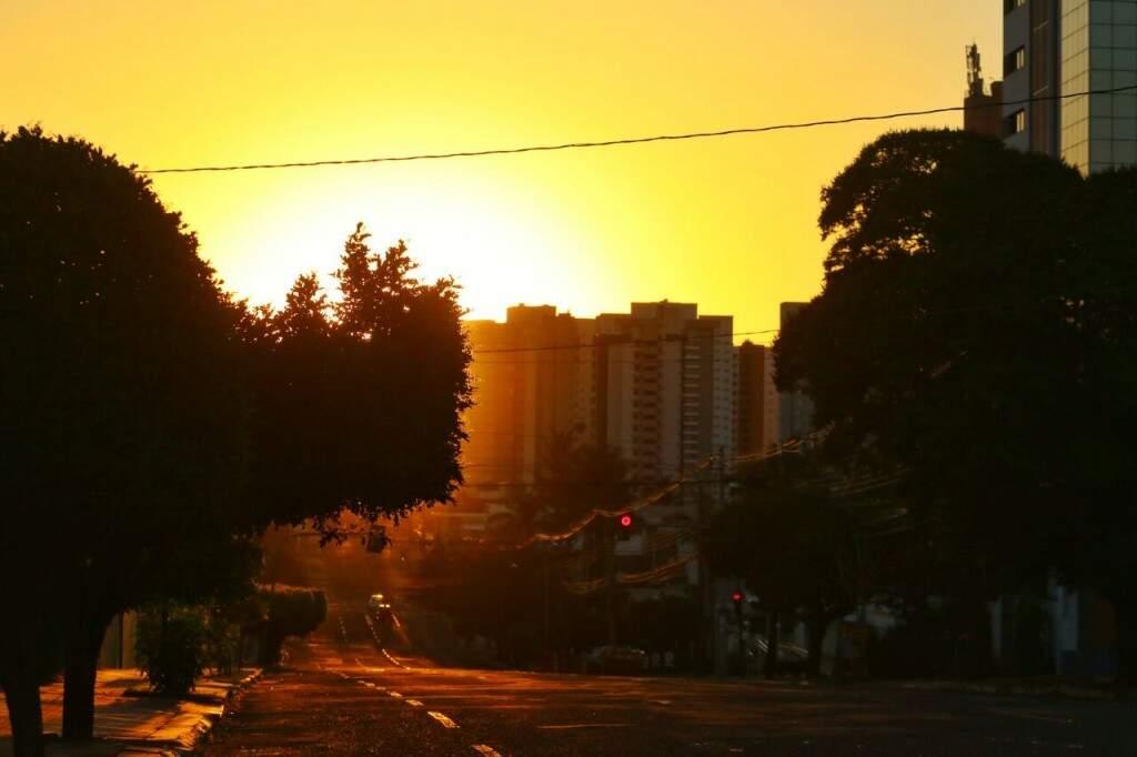 Amanhecer em Campo Grande já indica que terça-feira será mais um dia quente e seco. (Foto: André Bittar)
