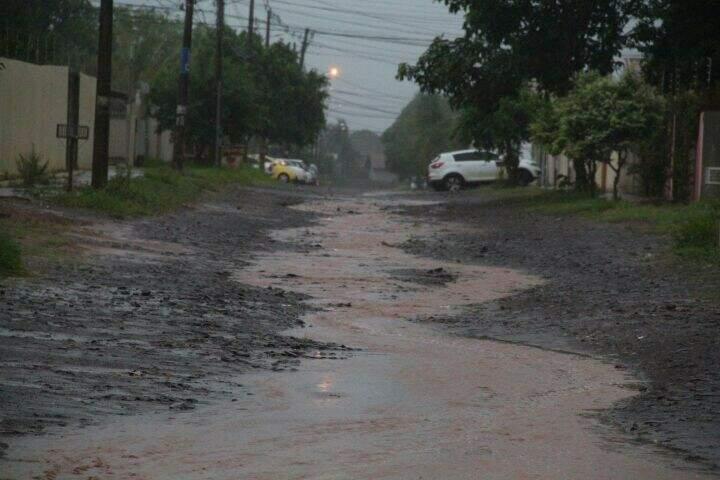 Rua da Capital alagada devido a chuva (Foto: Marcos Ermínio)