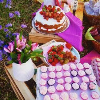 Nos caixotinhos estavam os doces, o bolo e flores. (Foto: Arquivo Pessoal)