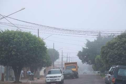 Frente fria derruba temperaturas e dia começa com neblina cobrindo cidade
