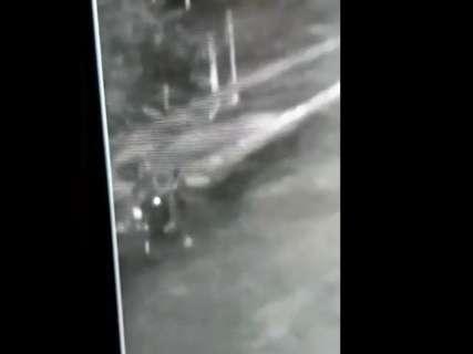 Homem é flagrado empurrando moto após furto em rua na Mata do Jacinto