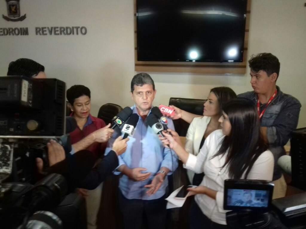 Vereador João Rocha em entrevista coletiva (Foto: Mayara Bueno)
