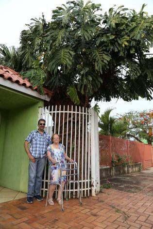 Marco e dona Ilizabeth, família se mudou para casa em 1996. (Foto: Fernando Antunes)