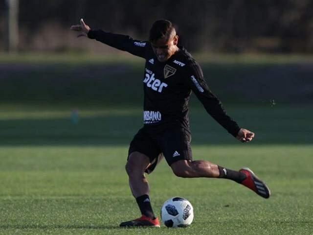 Meia Everton treina para duelo com o Santos no Pacaembu (Foto: Rubens Chiri/saopaulofc.net)