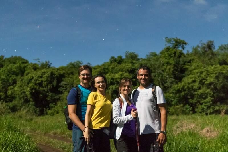 De branco, no centro, Fabiane junto do marido e de amigos. Ela foi mesmo mancando. (Foto: Antonio Arguello)