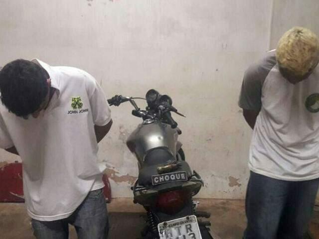 Os dois foram flagrados no momento em que assaltavam duas vítimas. (Foto: divulgação/Batalhão de Choque)