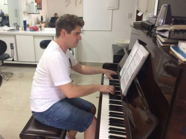 E não é só música clássica, Carlos toca Mercedita e Chalana a pedido dos clientes. (Foto: Thailla Torres)