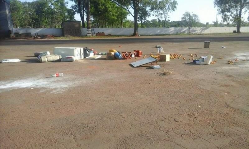 Passageiros conseguiram retirar alguns pertences de dentro do veículo (Foto: Direto das Ruas)