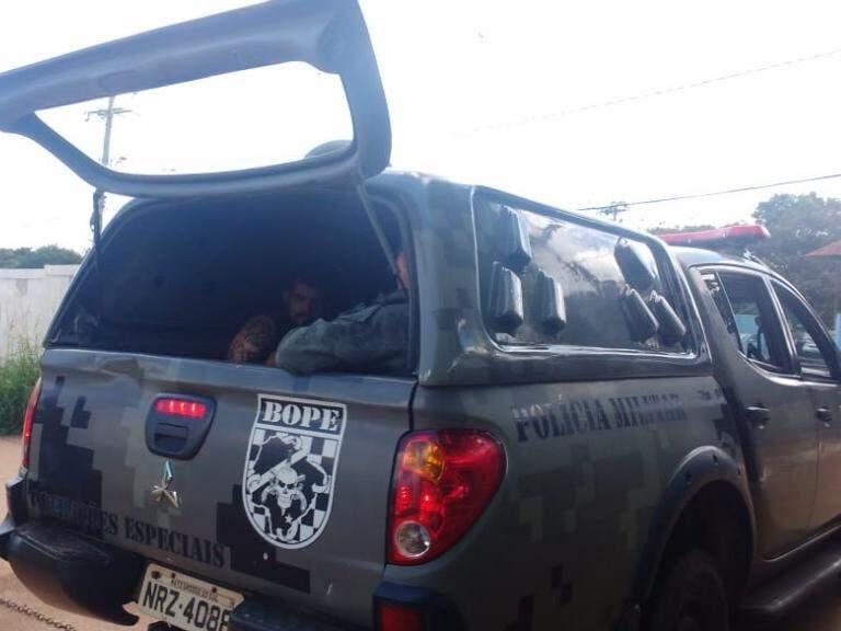 Camburão do Bope chega com presos no Imol (Foto: Bruna Kaspary)
