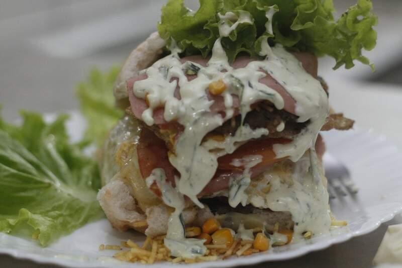 """Lanche se chama """"Mata fome"""" e custa R$ 13,00. (Foto: Marcelo Victor)"""