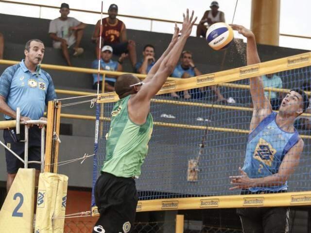 Saymon, de azul, ataca a bola em jogo na arena de São Luís (Foto: CBV/Divulgação)