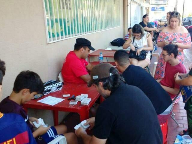 Colecionadores fazem trocas de figurinhas e compram novos envelopes para conseguirem completar álbuns (Foto: Bruna Kaspary)