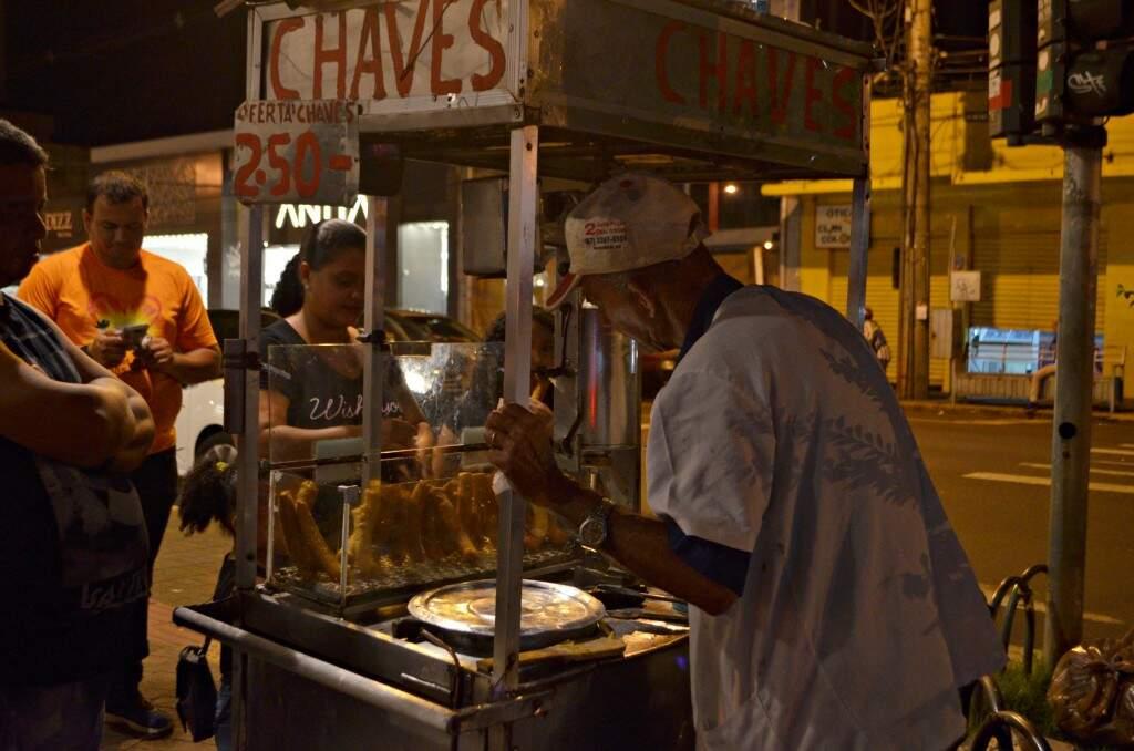 Brasilino Carlos vende churros no centro há mais de 15 anos. (Foto: Gustavo Maia)