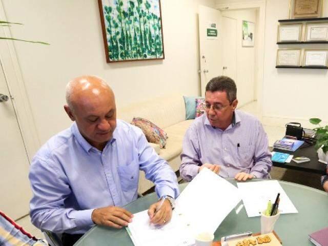 Secretário Carlos Alberto Assis (esquerda), ao lado de  Wilton Paullino, diretor da Escolagov (Foto: David Majella/SAD)