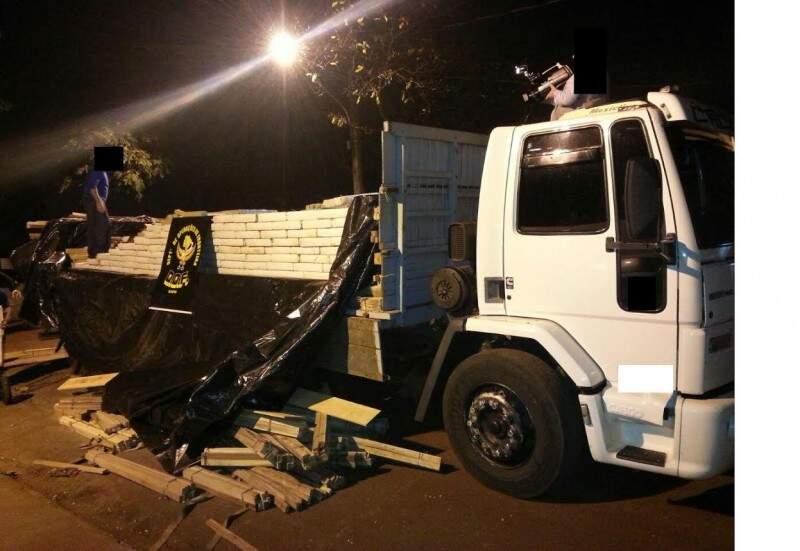 Caminhão tinha, sob a madeira, carga de maconha. (Fotos: Divulgação/DOF