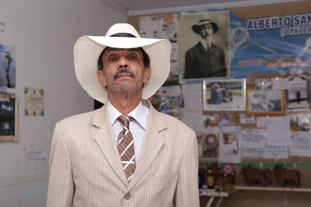 No dia a dia, Oltair veste terno, gravata e usa chapéu parecido com o de Santos Dumont. (Foto: Kísie Ainoã)