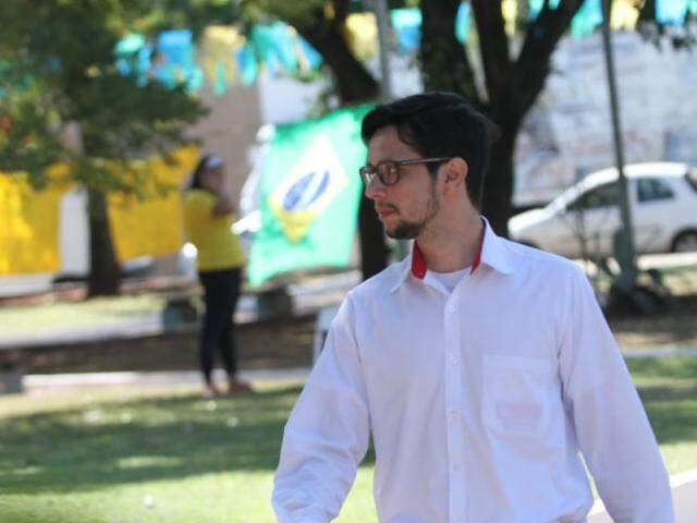 Dionivam Brandão passa na Praça do Rádio Clube a caminho do trabalho (Foto: Saul Schramm)