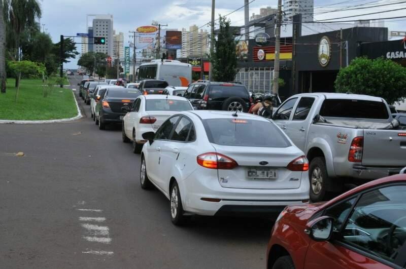 Trânsito na Afonso Pena, principal avenida da cidade; veículos e motoristas que atendem pelo Uber hoje não possuem identificação. (Foto: Alcides Neto)