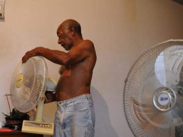 Arlindo lima vai para sala e conta com dois ventiladores. (Foto: Alcides Neto)