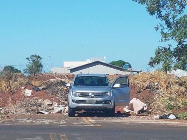 O morador flagrou o condutor do veículo descartando o lixo na área nesta manhã. (Foto: Direto das Ruas)